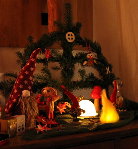 Julbogen im Kerzenschein