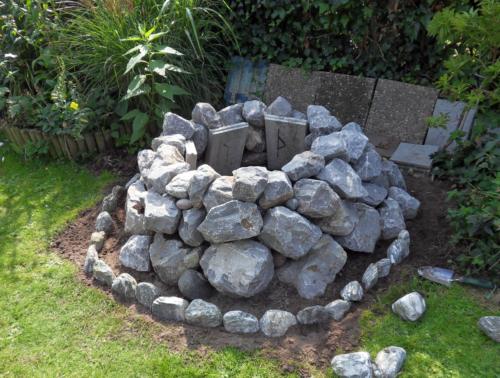 So Konnte Ich Im März Steine Aus Einem Steinbruch Holen Und Mit Hilfe  Eingegrabener Kantsteine Zu Einer Feuerstelle Bzw. Zu Einem Steinkreis  Aufschichten.